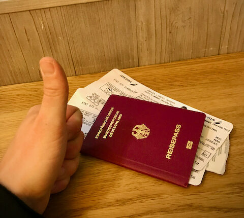 Reisepass und Boardingpass liegen bereit. Es kann losgehen.