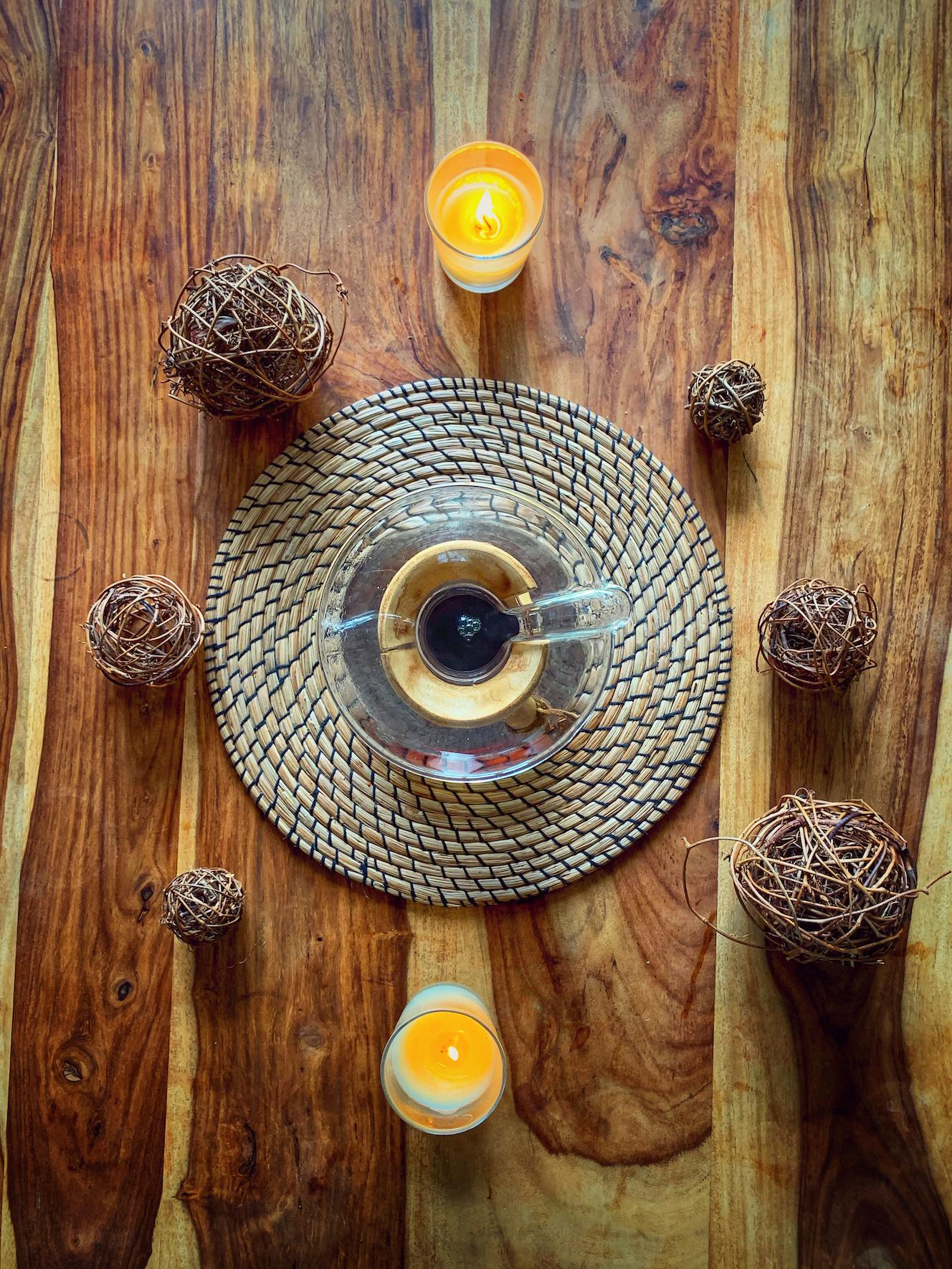 Filterkaffee nach dem Kaffee Kochen in der Chemex auf einem Holztisch