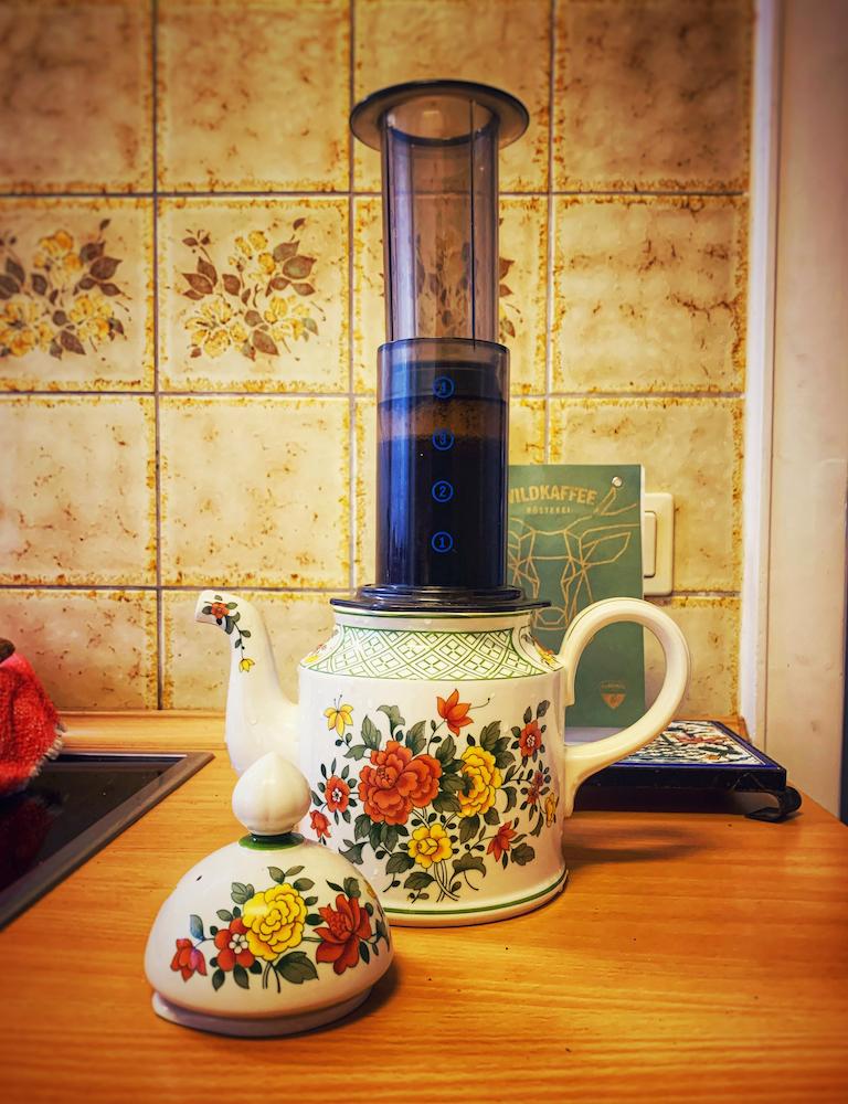 Kaffee kochen mit der Aero Press, in eine klassische Kaffeekanne mit Blümchenmuster