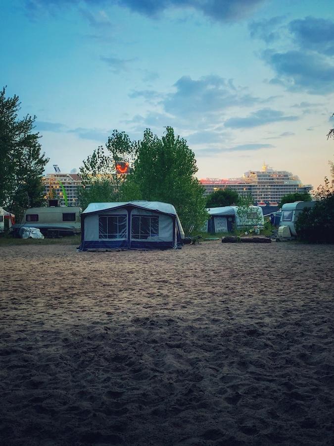 Elbe Camp mit Kreuzfahrtschiff. Hier ist die Idee zum Kaffee Podcast entstanden