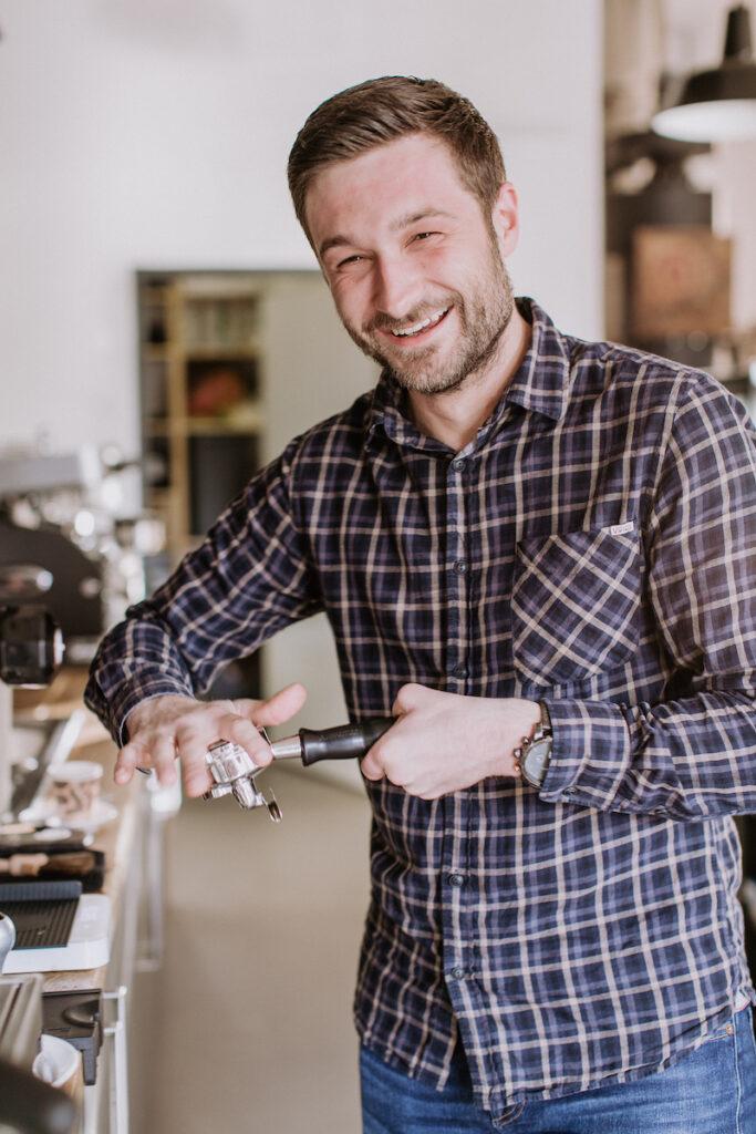 Barista Christian Ullrich bei der Espresso Zubereitung