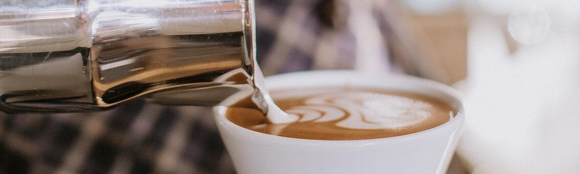 Latte Art von Barista Christian Ullrich. Er gießt ein Tulpen Muster