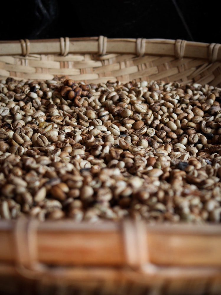 Pergament Kaffee in einem Weidenkorb, klassisch im Kaffeeanbau