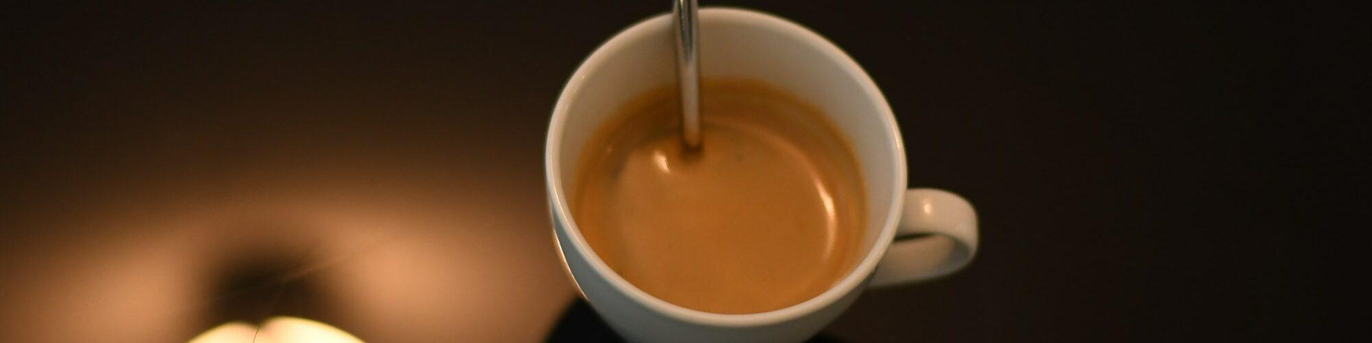 Ein Espresso Löffel in der Tasse, bereit zum Rühren. Ein wichtiger Schritt um Espresso richtig trinken zu können.