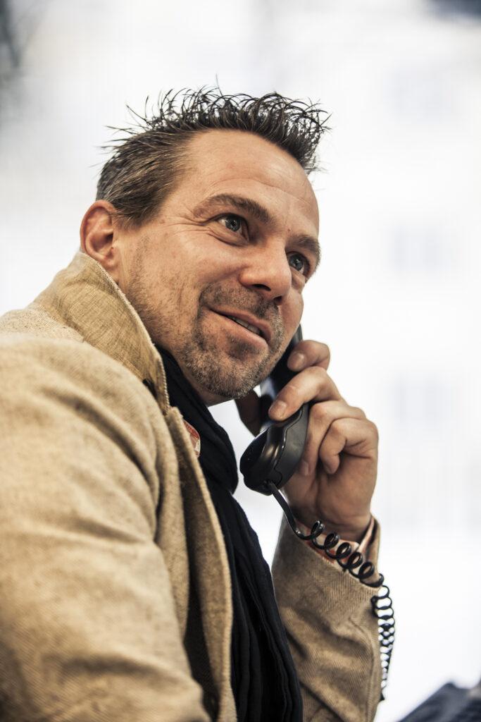 Ein Porträt von Michael Hofirek telefoniert. Er hat viele Einblicke in Kaffee und Unternehmenskultur