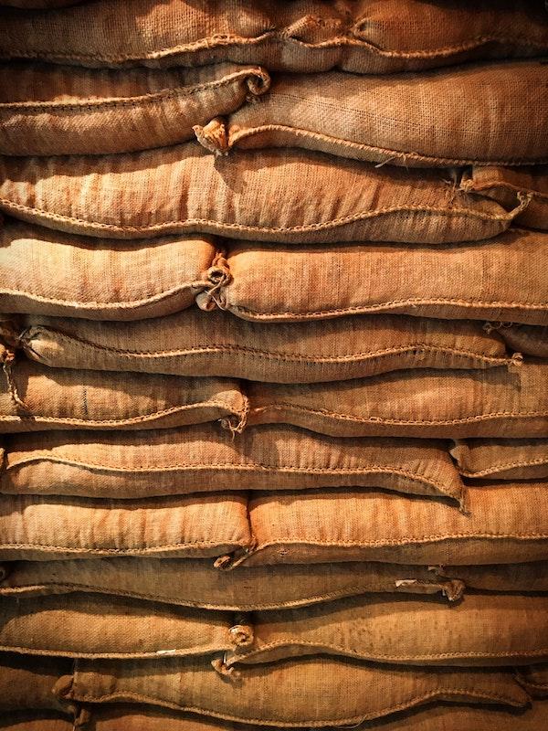 Gestapelte, volle Kaffee Säcke