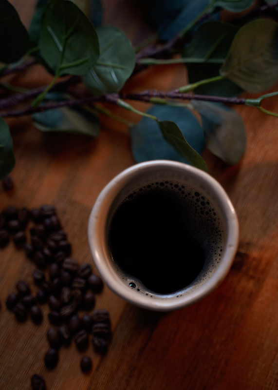 Eine Tasse schwarzer Kaffee auf dem Tisch. Ein Wunder, dass es dies gibt. Darüber handelt der Kaffee Blog von Julia