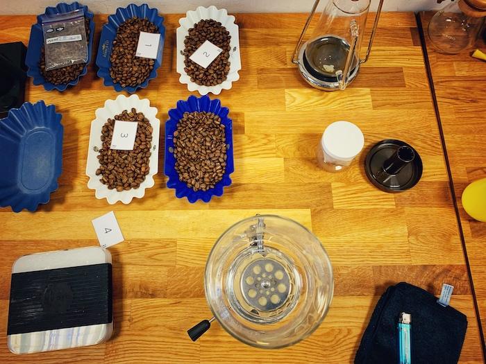 Ein Tisch voll mit Röstproben und verschiedenen Zubereiten. Typisch für eine Barista Ausbildung