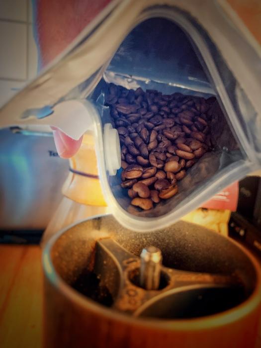 Kaffee wird in eine Mühle gegeben. Ein wichtiger Schritt beim Kaffee machen, auch in einer Filterkaffeemaschine