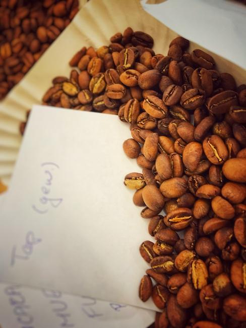 Bohnen nach dem Kaffee Rösten. Sie müssen nun entgasen und Analysiert werden. Ein Schritt, der in jeder Rösterei zur Qualitätssicherung gehört.