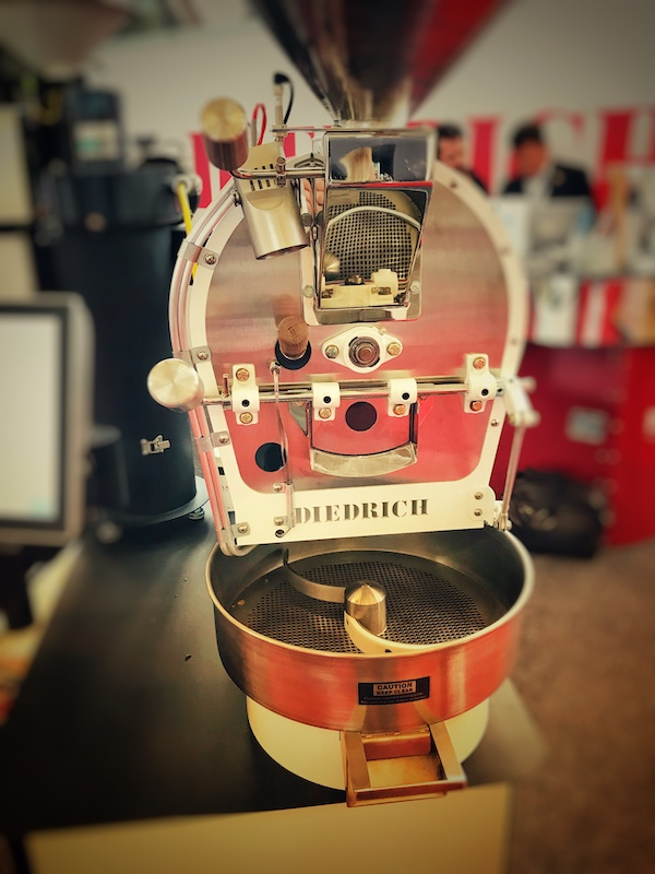 Ein kleiner Trommelröster. Diese Art der Maschine wird in der Rösterei oft zum Kaffee Rösten von Spezialitäten verwendet.