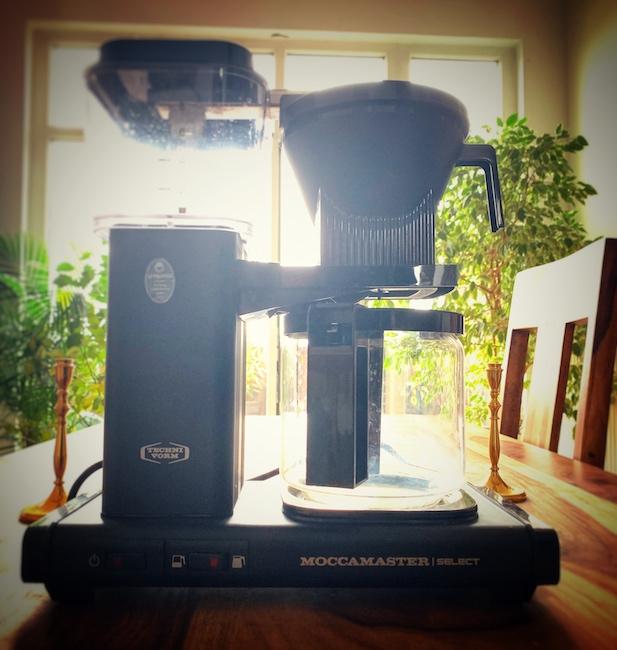 Eine Filterkaffeemaschine auf einem Tisch. Diese Methode ist der Spitzenreiter um sich zuhause einen Kaffee machen zu können.