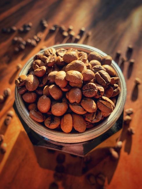 Ein mit Bohnen gefüllter Mokka Pot, so kann man nachbarlich keinen Kaffee machen.