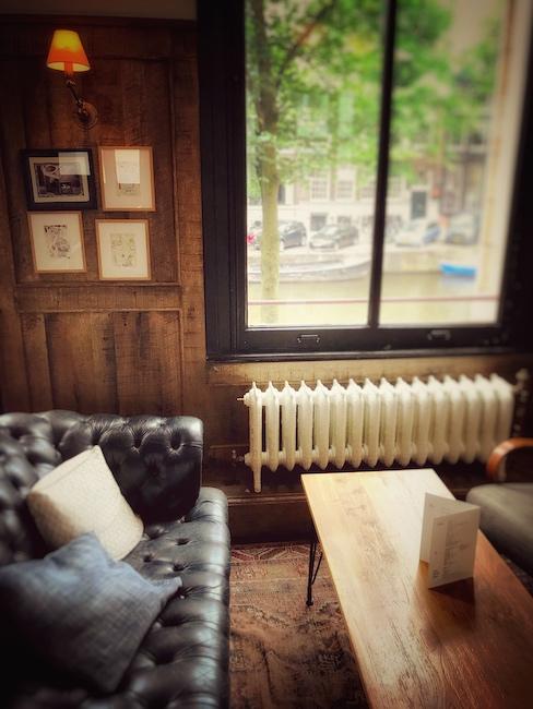 Ein sehr gemütlich eingerichtetes Café mit Ledersofa. Das Ambiente bestimmt auch darüber, was wir schmecken und ist dadurch wichtig für den Genuss.