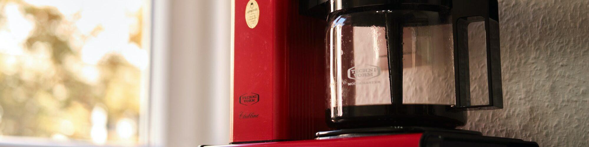 Eine rote Filterkaffee Maschine. Die am häufigsten gewählte Methode zum Kaffee machen in Deutschland