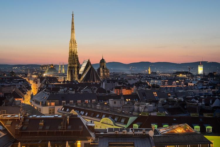 Wien im Dämmerlicht. Diese Stadt ist Geburtsort eines Wichtigen Teils der Kaffeekultur in Europa, dem Wiener Kaffeehaus