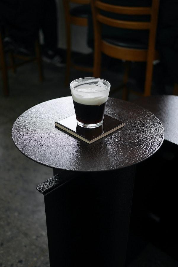 kurzer Schwarzer mit Schlagobers. Typisch für die Kaffeekultur der Wiener Kaffeehäuser