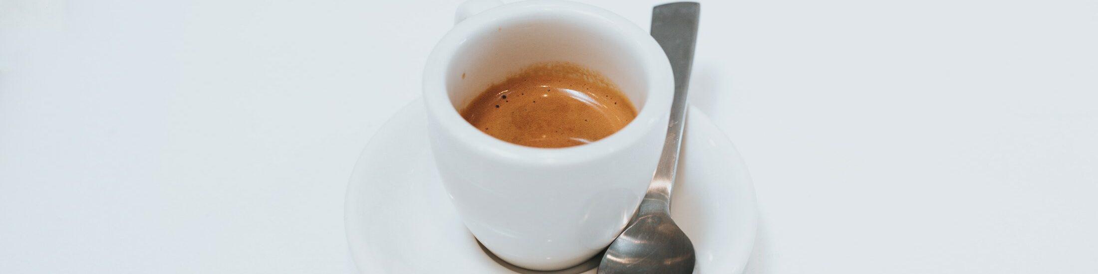 Eine Tasse Espresso auf vor weißem Hintergrund. Das Ambiente beim Kaffeetrinken spielt eine große Rolle für unsere Wahrnehmung