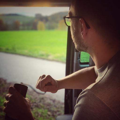 Horst nimmt sich Zeit beim Kaffee machen im Camper. Hier mahlt er in aller Ruhe frisch den Kaffee mit toller Aussicht ins Grüne, aus seinem Van heraus.