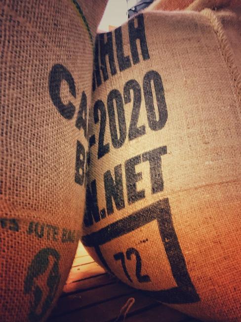 Kaffeesäcke mit Bohnen. Diese sind direkt gehandelt und daher mit hoher Transparenz. Aus diesen Bohnen wird aber später ein Blend hergestellt.
