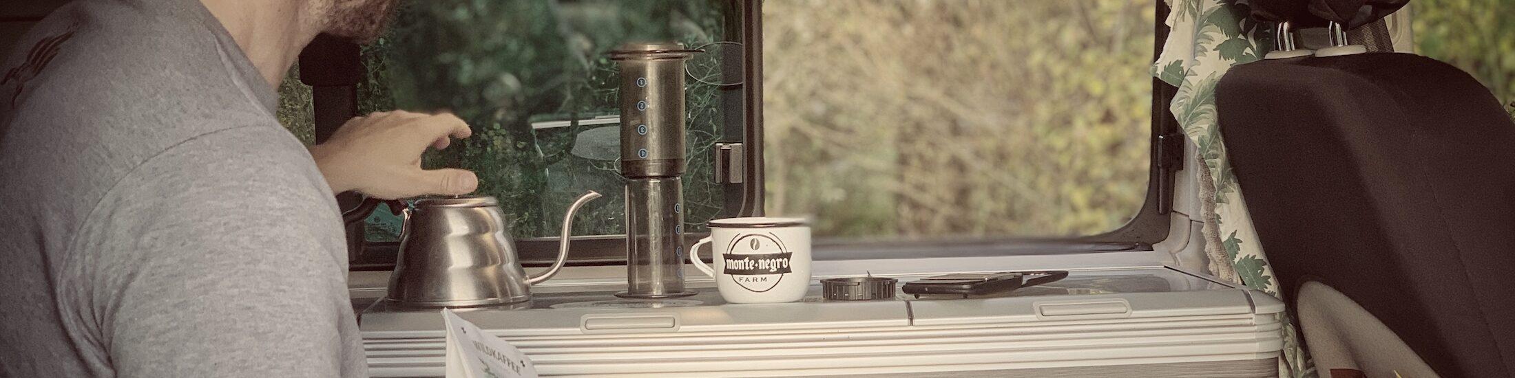Kaffee Setup im Van, bzw. für das Camping. Man sieht die Ausrüstung in der Küche eines Vw T6 California Ozeans stehen.