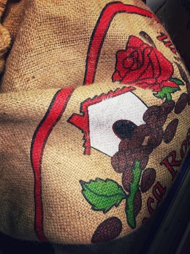 Kaffeesack aus Jute mit einem Logo bedruckt. Die klassische Verpackung im Kaffeeexport.