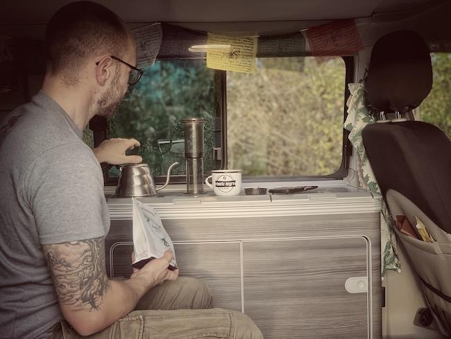 Horsts Kaffee Setup beim Camping in seinem T6 California Ocean Van. Eine Aero Press, eine Commandante Mühle, eine Waage, Wasserkessel und natürlich guter Kaffee