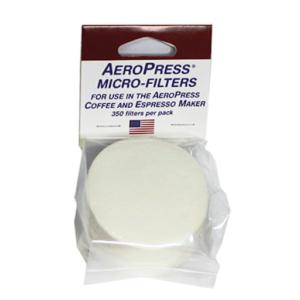AeroPress Filterpapier Disks in ihrer Verpackung vor weißem Hintergrund. Die Verpackung ist durchsichtig und auf dem Pappetikett steht die Bezeichnung und es ist eine USA Flagge zu erkennen. Die Filterpapier Disks sind rund und weiß.