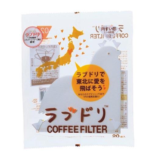 Eine Packung mit japanischen Schriftzeichen vor weißem Hintergrund. Im Inneren erkennt man das in Taubenform geschnittene Filterpapier für Hario V60 02 Dripper.