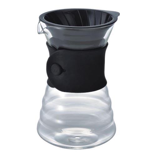 Die Glaskanne mit eingesetztem Filterhalter und Silikonkragen. Zusammengebaut sieht der Hario V60 Drip Decanter sehr aufgeräumt und stabil aus. Hier steht er schlicht vor weißem Hinterungrund.