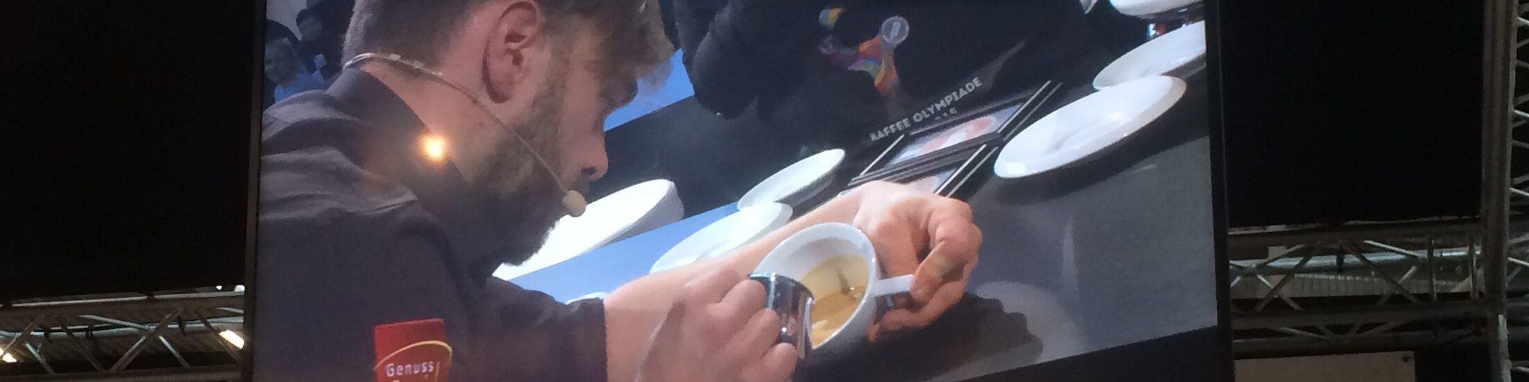 Horst im TV Bild bei der Deutschen Latte Art Meisterschaft 2015. Ein wichtiger teil seiner Kaffee Liebesgeschichte