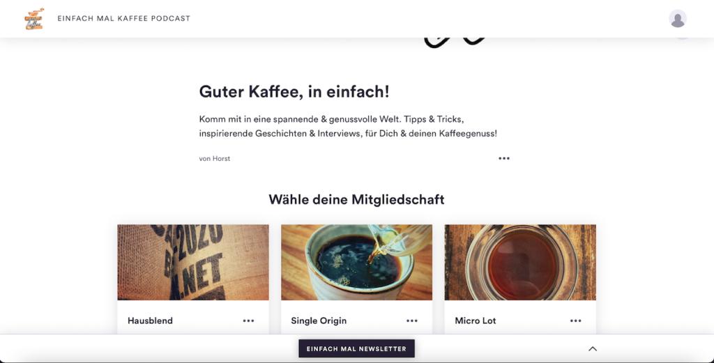 """Ein Bildschirmfoto der einfach mal Kaffee Seite auf der Steady Plattform. Der Hintergrund ist weiß. Geschrieben steht: """"Guter Kaffee, in einfach. Komm mit in eine spannende und genussvolle Welt. Tipps & Tricks, inspirierende Geschichten und Interviews, für dich und deinen Kaffeegenuss!"""" Darunter sieht man eine Übersicht der Pakete """"Hausend"""", """"Single Origin"""" und """"Mirco Lot""""."""