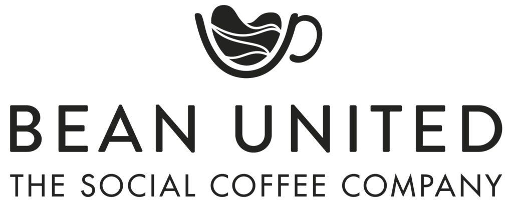 """Das Logo von Bean United. Weißer Hintergrund mit dem Schriftzug und dem Untertitel """"The social Coffee Company"""". Darüber prangt eine stilisierte Tasse mit einer herzförmigen Kaffeebohne darin. Bean United möchte mit Kaffeehandel Gutes tun."""