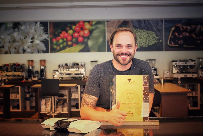 Horst von einfach mal Kaffee bei der Verleihung seines Barista Coffee Master Zertifikats am Kaffee Institut Innsbruck.