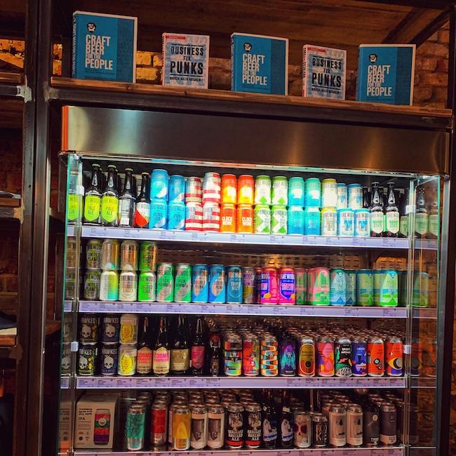 Ein Kühlregal mit vielen bunten Craft Beer Dosen in Großaufnahme. Denn die Faszination Kaffee ist auch ihre Interkonektivität mit anderen Themenwelten.